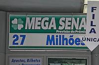 SAO PAULO, SP, 31 DE JANEIRO 2012. MEGA SENA ACUMULADA. Fila em frente a casa lotérica na Av Santa Catarina, em São Paulo, nesta terça-feira. A Mega Sena, que será sorteada amanha (01), pode pagar o prêmio de R$ 27 milhoes a quem acertar as seis dezenas. No concurso anterior, não houve ganhador e o premio acumulou. FOTO: MILENE CARDOSO - NEWS FREE