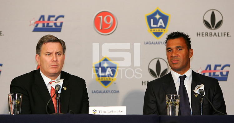 Los Angeles Galaxy Owner Timothy Leiweke and new head coach Ruud Gullit at Gullit's introduction to the press at the Home Depot Center in Carson, California on November 9, 2007.