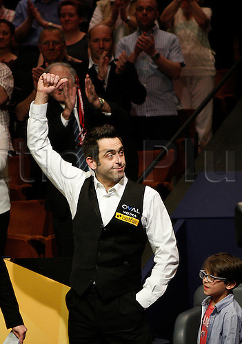 06.05.2013 Sheffield, England. Ronnie O'Sullivan won a fifth World Championship title in a superb display of snooker against Barry Hawkins with a rousing 18-12 success at Sheffield's Crucible.