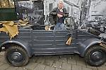 Foto: VidiPhoto<br /> <br /> ARNHEM - Museumdirecteur en -eigenaar Eef Peters presenteert woensdag de jongste aanwinst van het Arnhems Oorlogsmuseum 40-45: een Duitse kubel uit de Tweede Wereldoorlog. De Nazi's gebruikten het vervoermiddel voor het transport van munitie en troepen. In opdracht van Hitler werden er ruim 40.000 stuks van gebouwd. Peters kocht het wrak onlangs in Zeeland, samen met de kever van Gertrud Seyss Inquart, echtgenote van rijkscommissaris en oorlogsmisdadiger Arthur Seyss Inquart. Dat laatste voertuig bleek achteraf van net na de oorlog. Dat leek vervolgens een miskoop. Niets is echter minder waar. Het voertuig levert de museumbaas zoveel publiciteit op dat hij uit heel Europa bijzondere oorlogsherinneringen aangeboden krijgt.