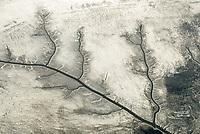 Priele und Sandbänke der Nordsee: EUROPA, DEUTSCHLAND, SCHLESWIG- HOLSTEIN,(GERMANY), 22.01.2006: Priele und Sandbaenke der Nordsee bei Ebbe im Wattenmeer im Winter mit Eis und Schnee