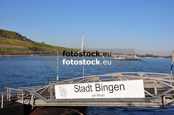 Blick über die Anlegestelle Stadt Bingen und den Rhein auf Rüdesheim (Rheingau)