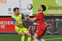 FC GULLEGEM - SK LONDERZEEL :<br /> de bal dwarrelt tussen Oliver De Groodt (L) en Nicolas Gheeraert (R) <br /> <br /> Foto VDB / Bart Vandenbroucke