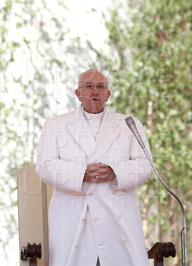 Papa Francesco tiene l'udienza generale del mercoledi' in Piazza San Pietro, Citta' del Vaticano, 19 aprile, 2017.<br /> Pope Francis leads his weekly general audience in St. Peter's Square at the Vatican, on April 19 2017.<br /> UPDATE IMAGES PRESS/Isabella Bonotto<br /> <br /> STRICTLY ONLY FOR EDITORIAL USE