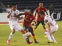 BARRANQUIILLA -COLOMBIA-10-10-2015. Pablo Rojas (C) jugador de Uniauntónoma disputa el balón con Mauricio Gomez (Izq) y Nicolas Carreño (Der) jugadores de Patriotas FC durante partido por la fecha 15 de la Liga Aguila II 2015 jugado en el estadio Metropolitano de la ciudad de Barranquilla./ Pablo Rojas (C) player of Uniautonoma fights for the ball with  Mauricio Gomez (L) and Nicolas Carreño (R) players of Patriotas FC during match valid for the date 15 of the Aguila League II 2015 played at Metropolitano stadium in Barranquilla city.  Photo: VizzorImage/ Alfonso Cervantes /