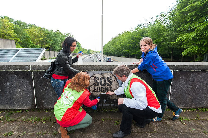 Nederland, Zeist, 12 mei 2014<br /> Groen Links voert momenteel  actie voor schone lucht. Dit in het kader van de campagne voor de europese verkiezingen. Zij brengen zogenaamde green graffity aan. Hierbij wordt niet iets opgespoten op een muur, maar de muur wordt met behulp van een mal selectief schoongemaakt. Zo ontstaat een tekst. <br /> Foto (c) Michiel Wijnbergh