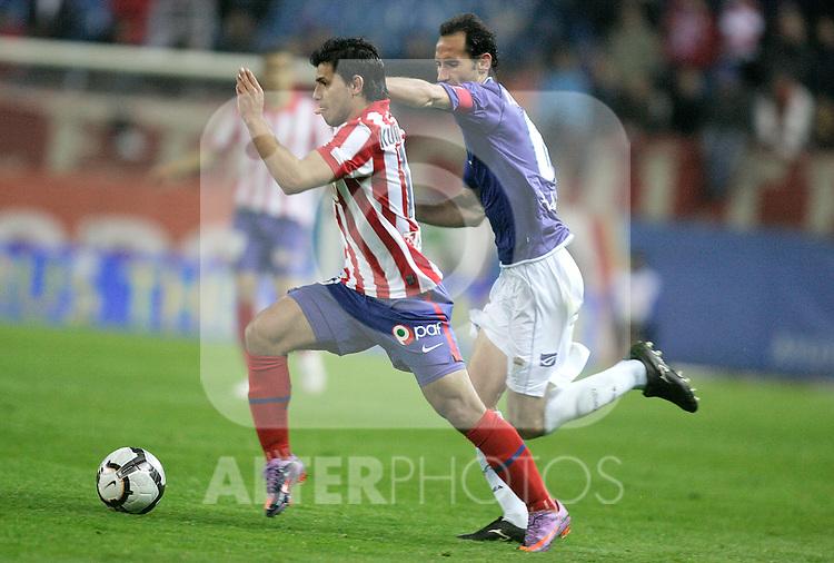 Atletico de Madrid's Kun Aguero against Xerez's Moreno during La Liga match, April 14, 2010. (ALTERPHOTOS/Alvaro Hernandez).
