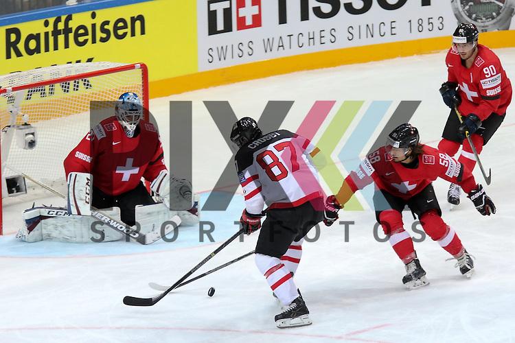 Schweizs Blum, Eric (Nr.58) im Zweikampf mit Canadas Crosby, Sidney (Nr.87) vor Schweizs Bera, Reto (Nr.20)  im Spiel IIHF WC15 Schweiz vs. Canada.<br /> <br /> Foto &copy; P-I-X.org *** Foto ist honorarpflichtig! *** Auf Anfrage in hoeherer Qualitaet/Aufloesung. Belegexemplar erbeten. Veroeffentlichung ausschliesslich fuer journalistisch-publizistische Zwecke. For editorial use only.