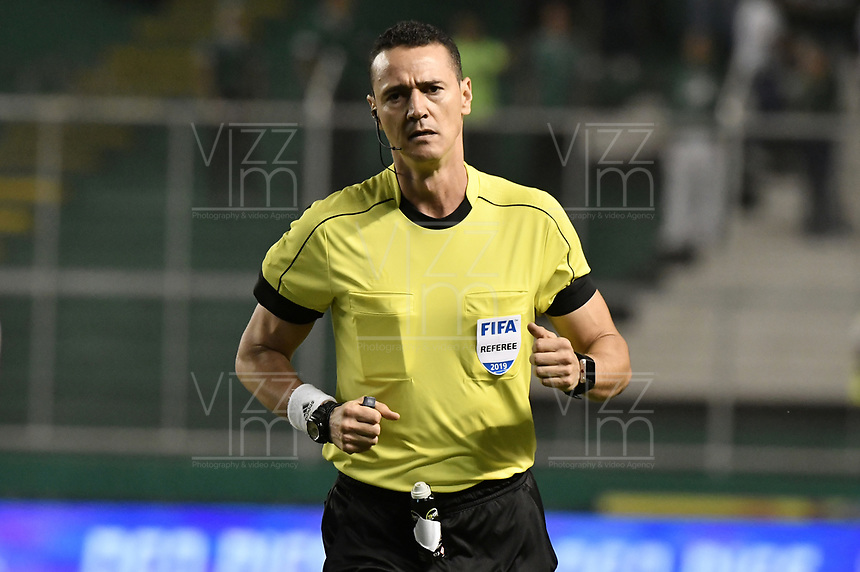 PALMIRA - COLOMBIA, 17-04-2019: Wilmar Roldan, arbitro, durante partido por la fecha 16 de la Liga Águila I 2019 entre Deportivo Cali y Atlético Junior jugado en el estadio Deportivo Cali de la ciudad de Palmira. / Wilmar Roldan, referee, during match for the date 16 as part Aguila League I 2019 between Deportivo Cali and Atletico Junior played at Deportivo Cali stadium in Palmira city.  Photo: VizzorImage / Gabriel Aponte / Staff