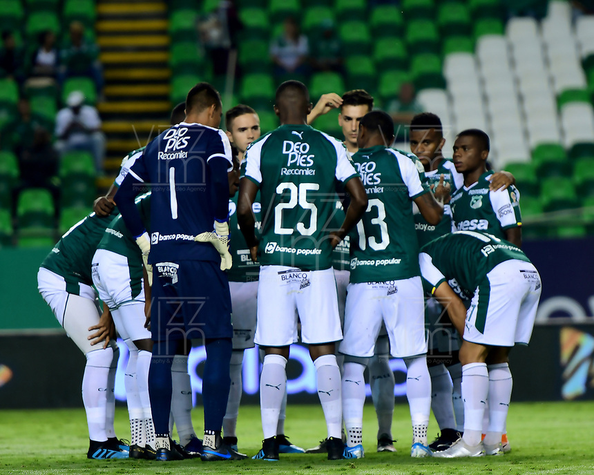 PALMIRA - COLOMBIA, 13-11-2019: Jugadores del Cali oran previo al partido entre Deportivo Cali e Independiente Santa Fe por la fecha 2, cuadrangulares semifinales, de la Liga Águila II 2019 jugado en el estadio Deportivo Cali de la ciudad de Palmira. / Players of Cali pray prior match for the date 2, quadrangular semifinals, as part Aguila League II 2019 between Deportivo Cali and Independiente Santa Fe played at Deportivo Cali stadium in Palmira city. Photo: VizzorImage / Nelson Rios / Cont