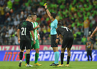 MEDELLÍN - COLOMBIA ,14-10-2018:Carlos Herrera Bernal referee central , muestra la tarjeta amarilla a Jorman Campuzano  jugador del Atlético Nacional contra el Deportivo Cali durante partido por la fecha 14 de la Liga Águila II 2018 jugado en el estadio Atanasio Girardot de la ciudad de Medellín. / Central referee Carlos Herrera Bernal  shows the yellwon card to Jorman Campuzano player of Atletico Nacionalduring match agaisnt of Deportivo Cali during the match for the date 14 of the Liga Aguila II 2018 played at the Atanasio Girardot  Stadium in Medellin  city. Photo: VizzorImage /León Monsalve / Contribuidor.