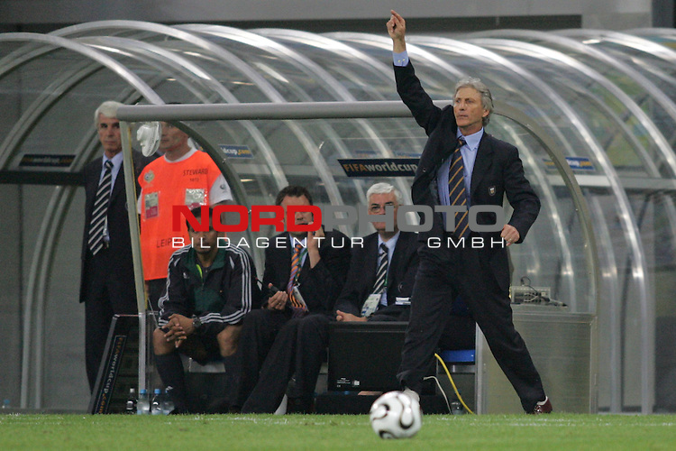 FIFA WM 2006 - Round Of Sixteen / Achtelfinale<br /> Play #50 (24-Jun) - Argentina vs Mexico.<br /> Coach Jose Pekerman (r) from Argentina with ball reacts during the match of the World Cup in Leipzig. Left: Match Commissioner and assistant referee of Fifa.<br /> Foto &copy; nordphoto