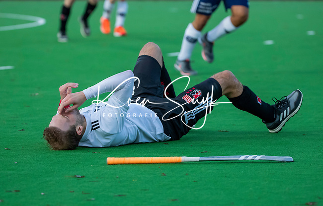 AMSTELVEEN - Billy Bakker (Adam)  wordt hard opgevangen door Alexander Hendrickx (Pinoke)  tijdens de competitie hoofdklasse hockeywedstrijd heren, Pinoke-Amsterdam (1-1)   COPYRIGHT KOEN SUYK