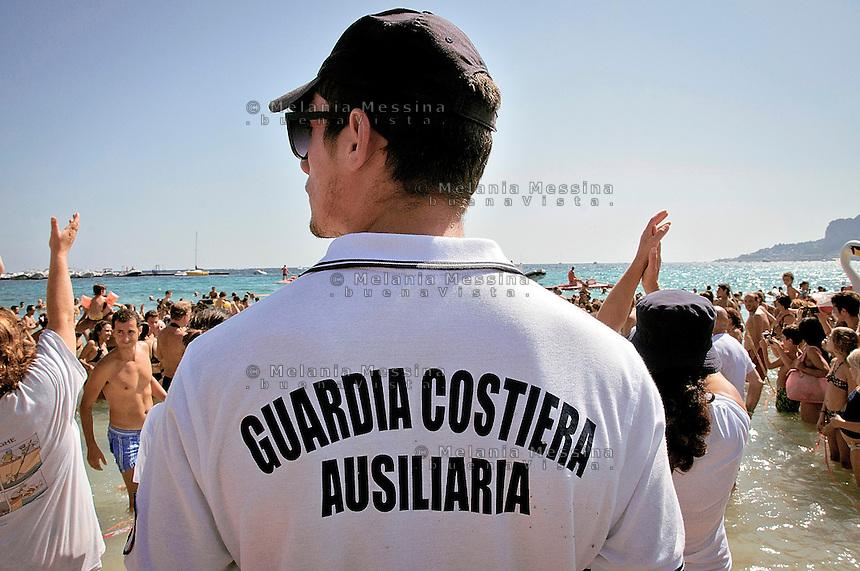 Guardia costiera vigila sulla liberazione della tartaruga caretta caretta.<br /> Coast Guard supervises the release of the Loggerhead Sea Turtle