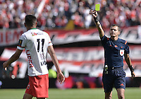 BOGOTÁ -COLOMBIA, 12-09-2015. Luis Trujillo, árbitro, muestra la tarjeta amarilla a Mauricio Gomez durante el encuentro entre Independiente Santa Fe y Patriotas FC por la fecha 12 de la Liga Aguila II 2015 jugado en el estadio Nemesio Camacho El Campín de la ciudad de Bogotá./ Luis Trujillo, referee, swows the yellow card to Mauricio Gomez during the match between Independiente Santa Fe and Patriotas FC for the 12th date of the Aguila League II 2015 played at Nemesio Camacho El Campin stadium in Bogotá city. Photo: VizzorImage/ Gabriel Aponte / Staff