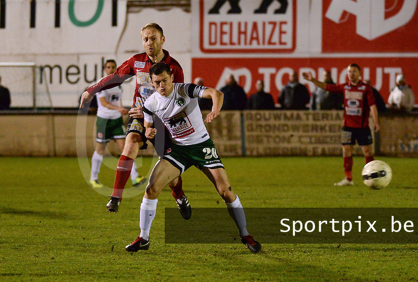 KM Torhout - FC Izegem :<br /> <br /> Duel tussen Niels De Loof (R) en Joachim Vercouter (L)<br /> <br /> foto VDB / BART VANDENBROUCKE
