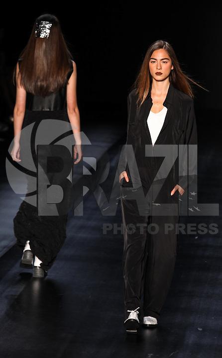SAO PAULO, SP, 30 OUTUBRO 2012 - SPFW UMA RAQUEL DAVIDOWICZ - Desfile da grife Uma Raquel Davidowicz, no segundo dia da 2ª edição de inverno da São Paulo Fashion Week (SPFW) 2013, que acontece entre os dias 29 de outubro e 1º de novembro, no Parque Villa Lobos, na zona oeste da capital paulista.FOTO: VANESSA CARVALHO - BRAZIL PHOTO PRESS.