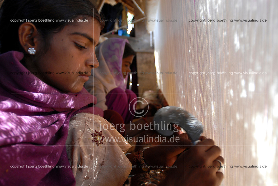 INDIA Rajasthan, village Paledi, children work in cottage industry as carpet weaver / INDIEN Rajasthan, Dorf Paledi, Kinder arbeiten in kleinen Teppichknuepfereien