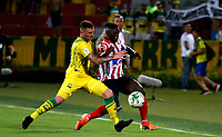 BUCARAMANGA - COLOMBIA, 01-09-2019: Steve Makuka de Atletico Bucaramanga y Víctor Cantillo de Atlético Junior disputan el balón, durante partido entre Atlético Bucaramanga y Atlético Junior, de la fecha 9 por la Liga Águila II 2019, jugado en el estadio Alfonso López de la ciudad de Bucaramanga. / Steve Makuka of Atletico Bucaramanga and Victor Cantillo of Atletico Junior vies for the ball, during a match between Atletico Bucaramanga and Atletico Junior, of the 9th date for the Aguila Leguaje II 2019 at the Alfonso Lopez Stadium in Bucaramanga city Photo: VizzorImage / Oscar Martínez / Cont.