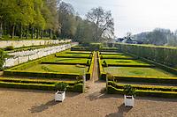 France, Sarthe (72),  Poncé-sur-le-Loir, jardin du château de Poncé en avril, le jardin à la française