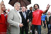 Le président de la FIFA Joseph Blatter, accompagné de Chrisitian Karembeu et Harold Martin, président du Gouvernement de Nouvelle-Calédonie lors de l'inauguration du Centre Technique de Football de Nouvelle-Calédonie à Païta, le 31 mai 2008.