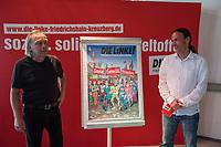 Praesentation eines Wahlplakates der Partei DIE LINKE am Mittwoch den 30. August 2017, welches durch den Karikaturisten Gerhard Seyfried (links im Bild) fuer den Direktkandidaten zur Bundestagswahl 2017 der Partei DIE LINKE fuer den Berliner Bezirk Friedrichshain-Kreuzberg, Pascal Meiser (rechts im Bild), gestaltet wurde.<br /> 30.8.2017, Berlin<br /> Copyright: Christian-Ditsch.de<br /> [Inhaltsveraendernde Manipulation des Fotos nur nach ausdruecklicher Genehmigung des Fotografen. Vereinbarungen ueber Abtretung von Persoenlichkeitsrechten/Model Release der abgebildeten Person/Personen liegen nicht vor. NO MODEL RELEASE! Nur fuer Redaktionelle Zwecke. Don't publish without copyright Christian-Ditsch.de, Veroeffentlichung nur mit Fotografennennung, sowie gegen Honorar, MwSt. und Beleg. Konto: I N G - D i B a, IBAN DE58500105175400192269, BIC INGDDEFFXXX, Kontakt: post@christian-ditsch.de<br /> Bei der Bearbeitung der Dateiinformationen darf die Urheberkennzeichnung in den EXIF- und  IPTC-Daten nicht entfernt werden, diese sind in digitalen Medien nach §95c UrhG rechtlich geschuetzt. Der Urhebervermerk wird gemaess §13 UrhG verlangt.]