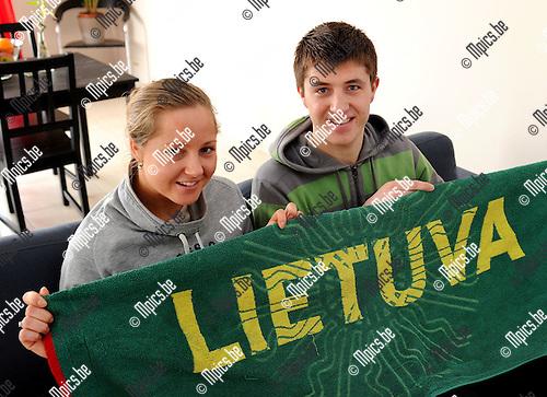 2010-11-25 / Voetbal / seizoen 2010-2011 / Titouwer Mantas Kuklys met zijn Litauwse vriendin Dovile Jakaite die bij Braxgata hocky speelt..Foto: Mpics