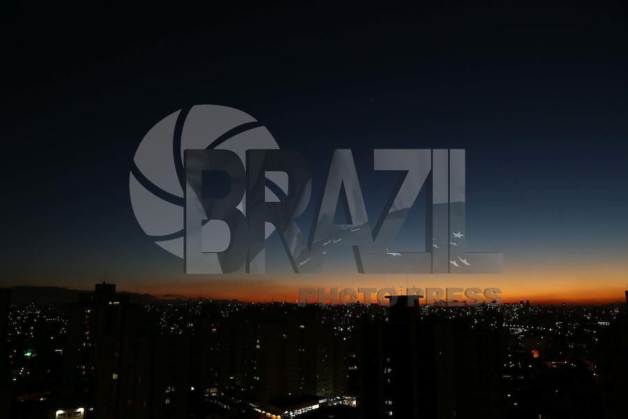 SAO PAULO, SP, 17/05/2012, FINAL DE TARDE.<br /> <br /> Final de tarde gelado na capital paulista, a previsão é que a temperatura chegue aos 10ºC na madrugada.<br /> <br />  Luiz Guarnieri/ Brazil Photo Press.