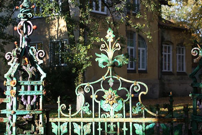 Bezaubernd ist dieses Gartentor noch immer, auch wenn die Farbe mittlerweile abblättert. Amalien eine Stadtteil im alten Königsberg, heute Kaliningrad.