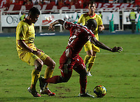 CALI - COLOMBIA - 12-03-2014: Luis Sierra (Der.) jugador del America disputa el balón con Joaquin Martinez (Izq.) jugador del Deportivo Pereira, durante partido entre America de Cali y Deportivo Pereira, de la octava fecha del Torneo Postobon I 2014, jugado en el estadio Pascual Guerrero de la ciudad de Cali. / Luis Sierra (R) player of America, figths for the ball with Joaquin Martinez (L) player of Deportivo Pereira, during a matchfor the eighth date between America of Cali y Deportivo Pereira, of theTorneo Postobon I 2014 in the Pascual Guerrero stadium in Cali City. Photo: VizzorImage / Juan C. Quintero / Str.