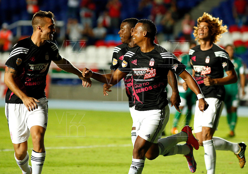 CALI -COLOMBIA-16-OCTUBRE-2014. Carlos Peralta jugador del America de Cali celebra su gol contra Valledupar correspondiente a la  fecha 16 del Torneo Postobon jugado en el estadio Pascual Guerrero de la ciudad de  Cali . / Carlos Peralta player  of  of America de Cali  celebrates his goal  against Valledupar  during match  the date corresponding to 16 Postobon tournament match played at the Pascual Guerrero stadium in Cali.  Photo: VizzorImage / Juan Carlos Quintero / Stringer