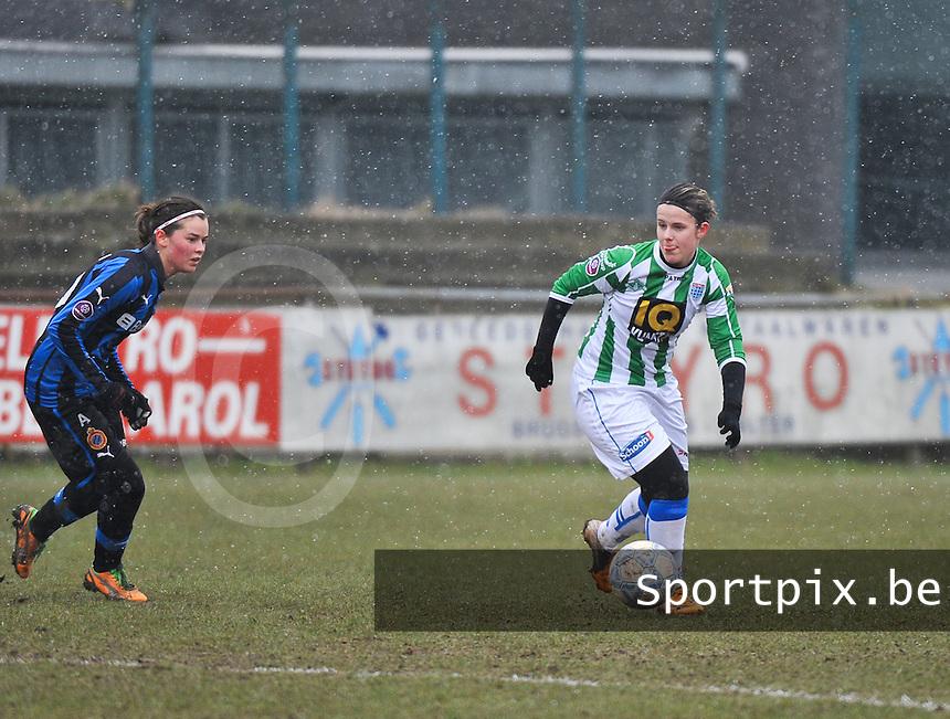 Club Brugge Dames - PEC Zwolle : Maria Laura Aga Martinez aan de bal voor Charlotte Laridon.foto DAVID CATRY / Vrouwenteam.be