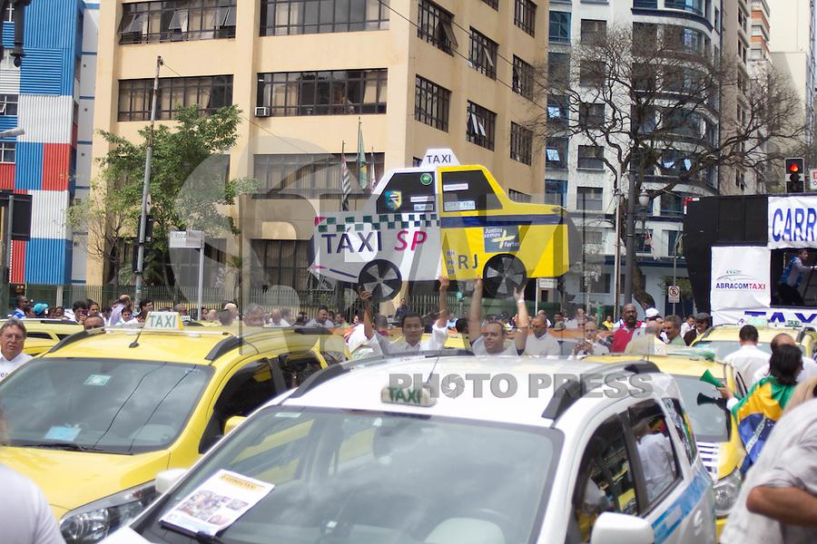 SAO PAULO, SP - 09.09.2015 - TAXISTAS-SP - Taxistas param ve&iacute;culos em frente a Camara Municipal de S&atilde;o Paulo em greve contra o aplicativo UBER na tarde desta quarta-feira, 09. <br /> (Foto: Fabricio Bomjardim / Brazil Photo Press)