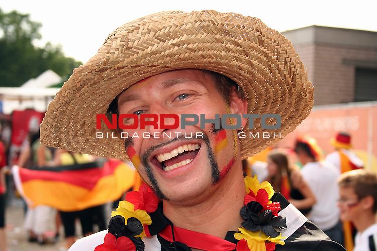 FIFA WM 2006 -  Fan Fest Nuernberg<br /> <br /> Volksfestplatz (ca. 25 000 Zuschauer)<br /> <br /> <br /> <br /> Deutschland - Ecuador<br /> <br /> <br /> <br /> Deutscher Fan freut sich &cedil;ber den Sieg seiner Mannschaft.<br /> <br /> <br /> <br /> Foto: nordphoto