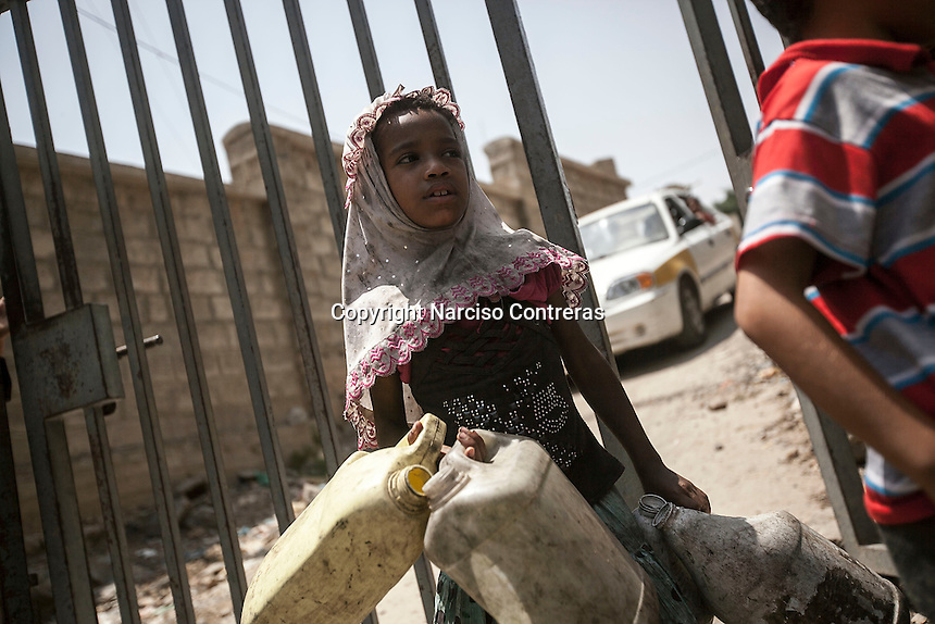 Monday 06 July, 2015: Children queue for water in Hajjah city up to the mountains at northwest of Yemen. (Photo/Narciso Contreras)