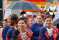 Nederland  Amsterdam  2016.  Boeddhadag op de Nieuwmarkt in Amsterdam. Viering van de geboorte van Boeddha. Tijdens de ceremonie begint het te regenen. Foto Berlinda van Dam / Hollandse Hoogte