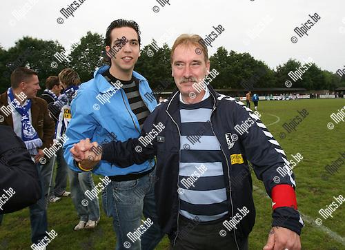 2007-05-20 / Vosselaar-Bonheiden: Trainer Jo Dehouwer (r) viert met zijn spelers de promotie naar 2e nationale