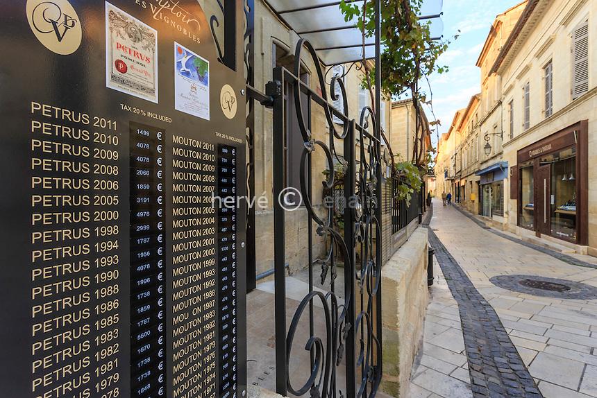 France, Gironde (33), Saint-Émilion, classé Patrimoine Mondial de l'UNESCO, devanture d'un marchand de vin rue des Girondins // France, Gironde, Saint Emilion, listed as World Heritage by UNESCO, Street front of a wine merchant Girondins street