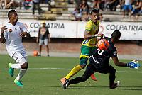 NEIVA, COLOMBIA, 06-05-2017: Jorge Betancur (C) del Atlético Huila dispara para notar un go frente a Jefferson Martinez (Der) arquero y Cristian Arrieta (Izq) del Envigado FC durante partido por la fecha 16 de la Liga Águila I 2017 jugado en el estadio Guillermo Plazas Alcid de la ciudad de Neiva. / Jorge Betancur (C) player of Atletico Huila shoots to score  a goal in front of Jefferson Martinez (R) goalkeepr and Cristian Arrieta (L) player of Envigado FC during match for the date 16 of the Aguila League I 2017 played at Guillermo Plazas Alcid in Neiva city. VizzorImage / Sergio Reyes / Cont