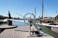 Nederland Stavoren. 2017 . De oude sluis bij de haven. Links het Vrouwtje van Stavoren.  Foto Berlinda van Dam / Hollandse Hoogte