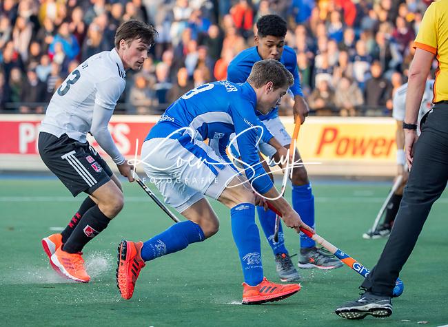 UTRECHT - Derck de Vilder (Kampong) met Wiegert Schut (Adam)   tijdens de hoofdklasse hockeywedstrijd mannen, Kampong-Amsterdam (4-3). COPYRIGHT KOEN SUYK