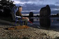 """Angler Lutz Kühn (64) am Lindenauer Hafen zum Nachtangeln - der Markkleeberger kommt gern an diese Stelle - er angelt aber auch gern in der näheren Umgebung - besonders lobt er die Qualität der Fische aus der Pleite """" Die schmecken besser als man es vom Ruf des Flusses vermuten könnte"""" - Zander und Aal hat er dabei am liebsten am Haken. Foto: aif / Norman Rembarz<br /> <br /> Jegliche kommerzielle wie redaktionelle Nutzung ist honorar- und mehrwertsteuerpflichtig! Persönlichkeitsrechte sind zu wahren. Es wird keine Haftung übernommen bei Verletzung von Rechten Dritter. Autoren-Nennung gem. §13 UrhGes. wird verlangt. Weitergabe an Dritte nur nach  vorheriger Absprache. Online-Nutzung ist separat kostenpflichtig."""