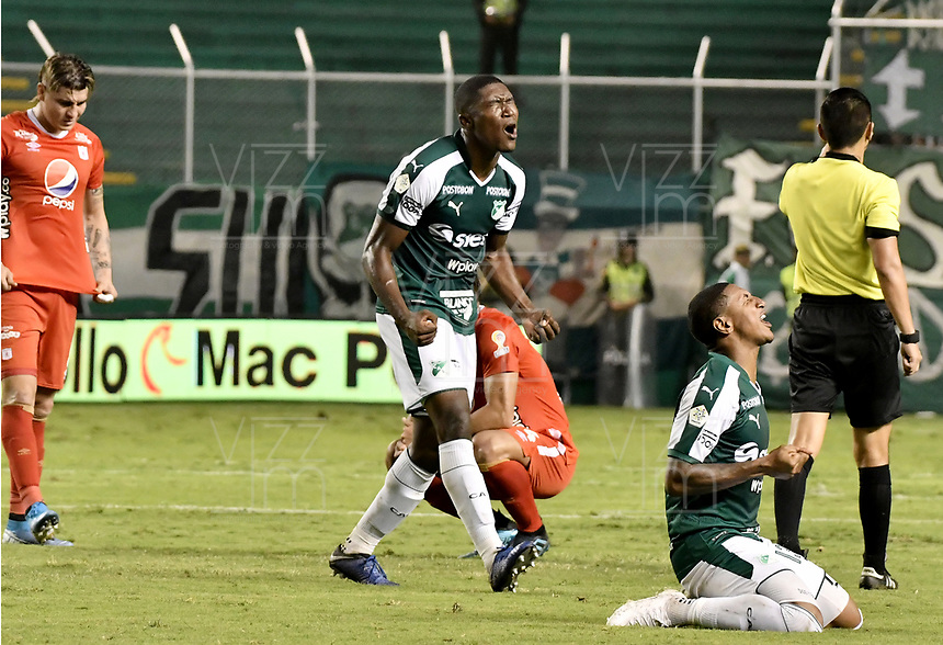 PALMIRA - COLOMBIA, 20-11-2019: Kevin Moreno y Juan Camilo Angulo del Cali celebran después del partido entre Deportivo Cali y América de Cali por la fecha 4, cuadrangulares semifinales, de la Liga Águila II 2019 jugado en el estadio Deportivo Cali de la ciudad de Palmira. / Kevin Moreno and Juan Camilo Angulo of Cali celebrate after match for the date 4, quadrangulars semifinals, as part Aguila League II 2019 between Deportivo Cali and America de Cali played at Deportivo Cali stadium in Palmira city. Photo: VizzorImage / Gabriel Aponte / Staff