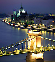 Hungary, Budapest: view from Castle District across Danube embankment and Chain-Bridge towards Parliament, UNESCO World Heritage, evening, illuminated | Ungarn, Budapest: Blick vom Budaer Burgberg ueber Donauufer und Kettenbruecke zum Parlament, UNESCO Weltkulturerbe, abends, beleuchtet