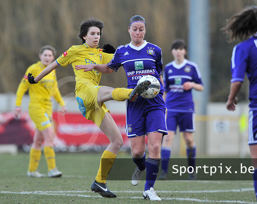Waasland Beveren Sinaai Girls - RSC Anderlecht : Liselot Praet in duel met Cynthia Browaeys (rechts).foto DAVID CATRY / Nikonpro.be