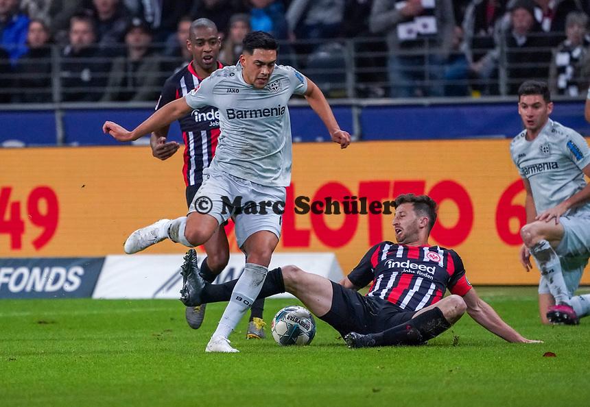 David Abraham (Eintracht Frankfurt) trennt Lucas Alario (Bayer Leverkusen) vom Ball - 18.10.2019: Eintracht Frankfurt vs. Bayer 04 Leverkusen, Commerzbank Arena, <br /> DISCLAIMER: DFL regulations prohibit any use of photographs as image sequences and/or quasi-video.
