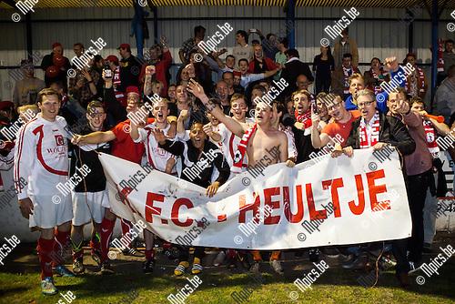 2014-04-20 / Voetbal / Seizoen 2013-2014 / KVC Oostmalle-KFC Heultje / Spelers en supporters vieren samen de titel.<br /> <br /> Foto: Mpics.be