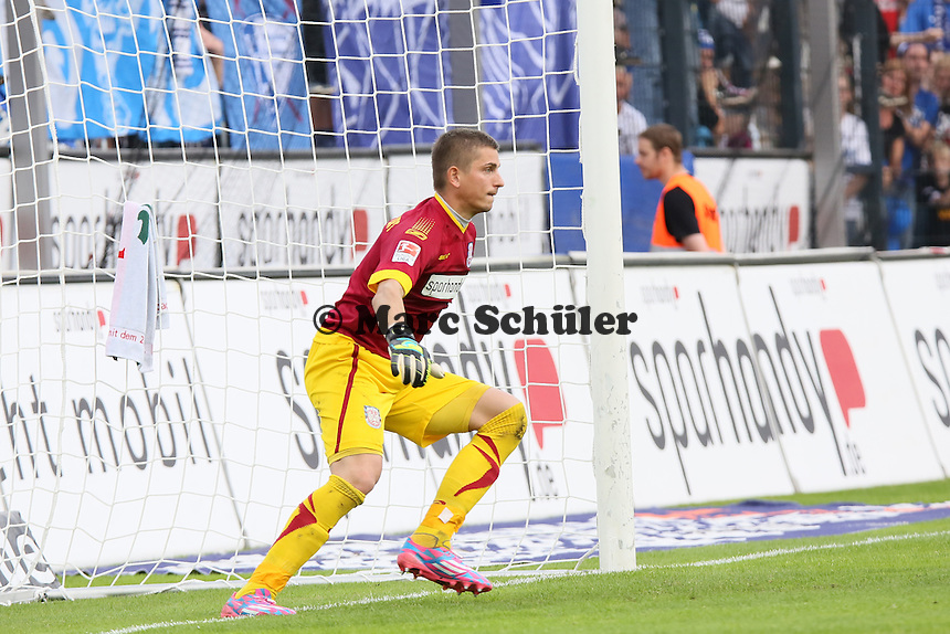 Patric Klandt (FSV) hat beim Elfmeter von Simon Terodde (Bochum) zum 1:3 keine Chance - FSV Frankfurt vs. VfL Bochum, Frankfurter Volksbank Stadion
