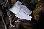Aicha montre les documents qu'elle est en train de rassembler pour obtenir une carte de séjour. Désormais elle a décidé de rester à Mayotte et d'y refaire sa vie, quitte à faire venir ses autres enfants en kwassa plus tard, octobre 2016.