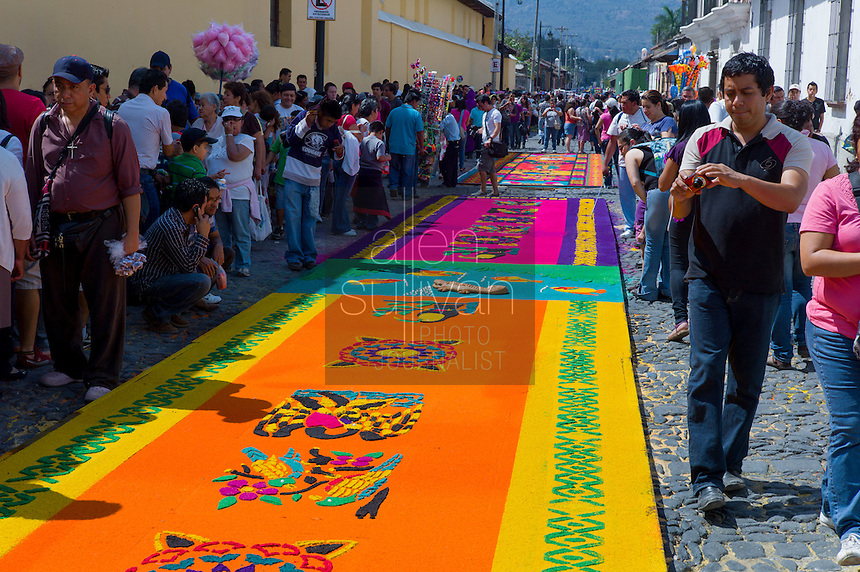 Crowds view an alfombra before the San Bartolomé procession in March 2012.